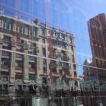 鏡の向こうのバルセロナの街