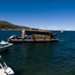 チチカカ湖でバスも船に乗る
