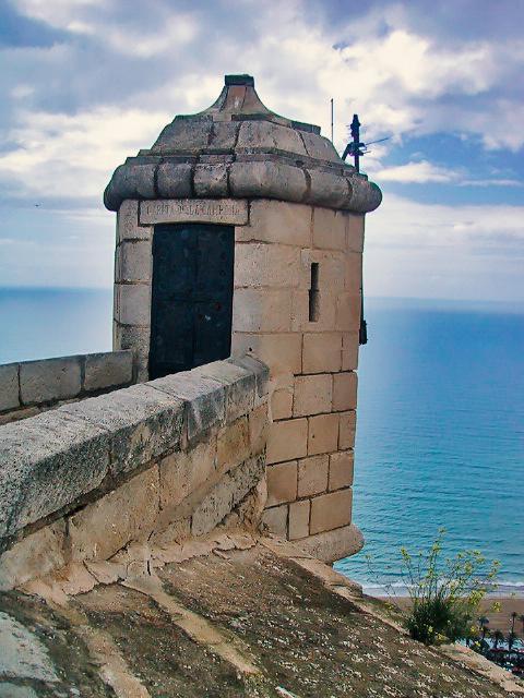 スペイン・マラガの城から地中海を見る