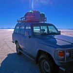 ウユニ塩湖のジープ