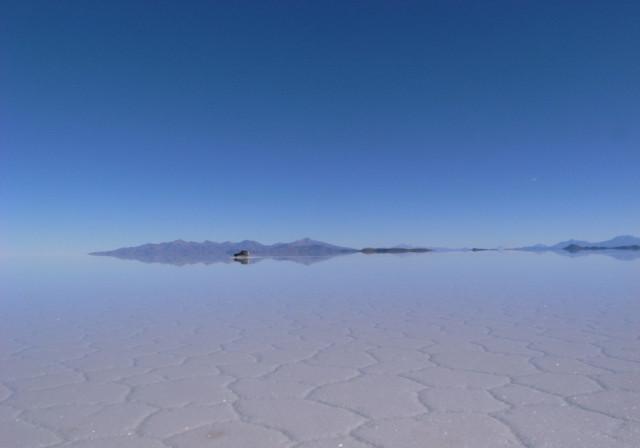 空と一体化したウユニ塩湖の反射