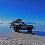 ボリビア・ウユニ塩湖で滑走する4WD