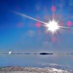 ウユニ塩湖の直射日光と青空