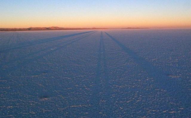 ウユニの夕暮れの影