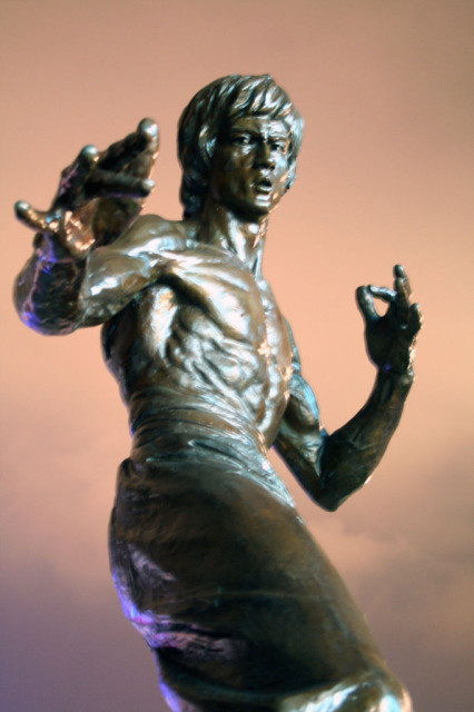 ブルースリーの像