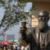 アトランタのコカコーラ本社の創業者の銅像