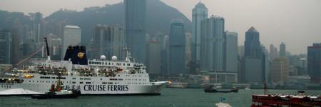 船が行き交う香港の海