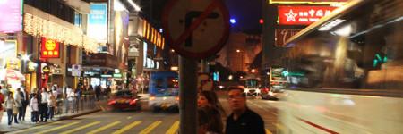 香港の夜の横断歩道